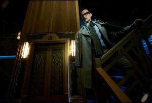El detective Calandra tendrá que resolver esta cena con asesinato en un misterioso hotel donde nada es lo que parece ser.